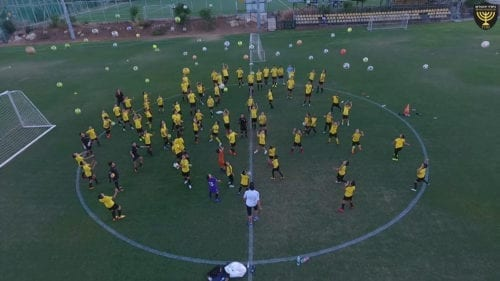 """כשאהבה פוגשת מקצוענות: בית ספר לכדורגל של בית""""ר"""
