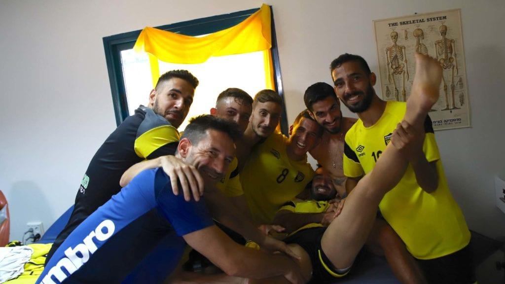 מיכאל אוחנה בחדר טיפולים עם שחקני הקבוצה