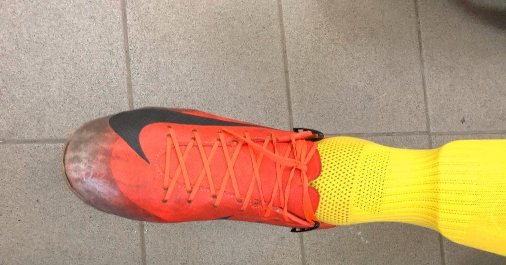 מוצר סקופ לשרוכים בנעליים