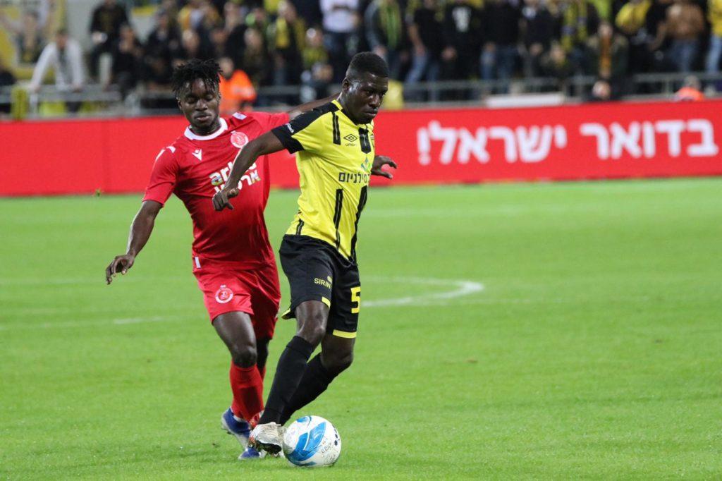 עלי מוחמד עם הכדור לפני שחקן הפועל תל אביב