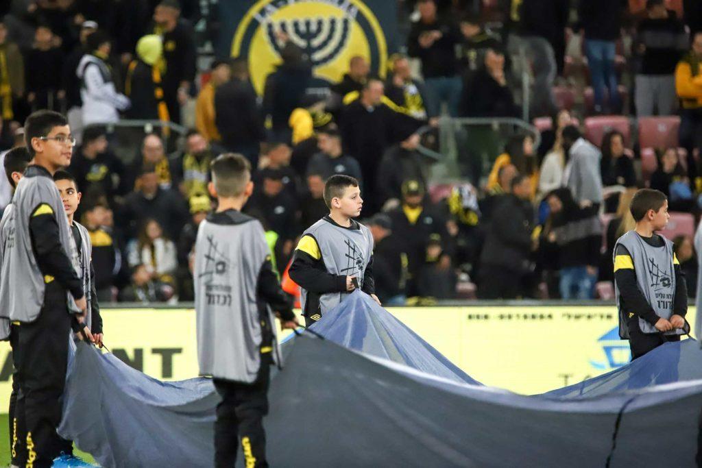 ילדי השלוחות מחזיקים את דגל הליגה